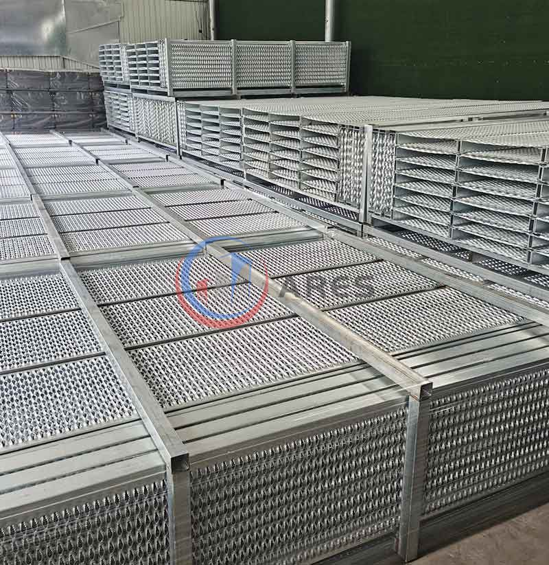 Heavy duty diamond safety grating